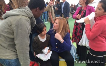 Η Φώφη Γεννηματά με τους πρόσφυγες στον Ελαιώνα
