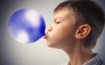 Τι μπορεί να πάθει ένα παιδί εάν καταπιεί τσίχλα