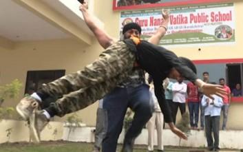 Ο... Κουταλιανός της Ινδίας που σηκώνει ανθρώπους με τα δόντια του