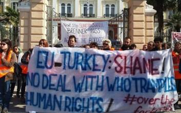 Ιταλοί ακτιβιστές διαμαρτύρονται έξω από το Μακεδονίας-Θράκης