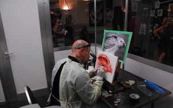 Ο καλλιτέχνης που ζωγραφίζει με το αίμα του!