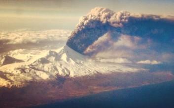 Επιβάτης αεροπλάνου καταγράφει έκρηξη ηφαιστείου από το παράθυρο