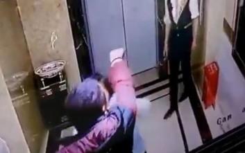 Δεν άνοιγε η πόρτα του ασανσέρ και αποφάσισε να τη σπάσει και να πέσει μέσα