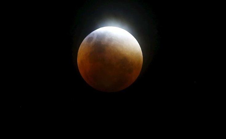Μια σούπερ-Σελήνη με το «καλημέρα» του νέου έτους
