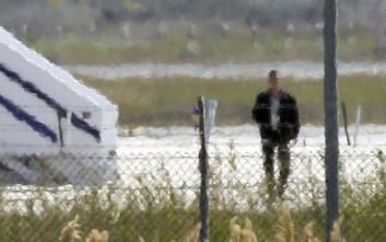 Η στιγμή που ο αεροπειρατής εγκαταλείπει το αεροσκάφος