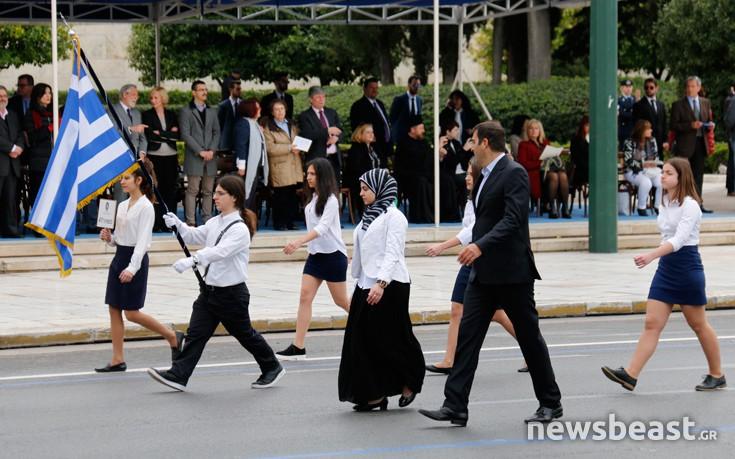 Η μαθήτρια με τη μαντίλα στην παρέλαση στο Σύνταγμα – Newsbeast a187881f4ab