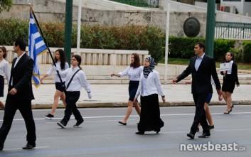 Η μαθήτρια με τη μαντίλα στην παρέλαση στο Σύνταγμα – Newsbeast 26e5b37d111