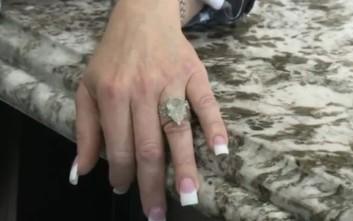 Έψαξε σε 7 τόνους σκουπίδια για να βρει το δαχτυλίδι του γάμου της!