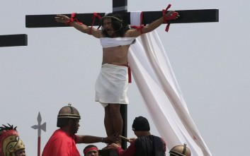 Συγκλονιστικές φωτογραφίες από την αναπαράσταση της Σταύρωσης
