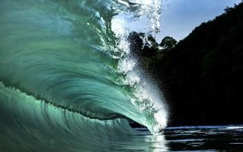 Κύματα που προκαλούν δέος σε παραδεισένιο νησί του Ειρηνικού