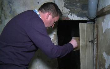 Καταστηματάρχης βρήκε τυχαία κρυφό τούνελ λαθρεμπόρων που οδηγεί στη θάλασσα