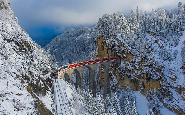 Το τρένο που περνά από 55 τούνελ και 196 γέφυρες μέσα στις χιονοσκεπείς Άλπεις