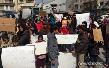 Αγανάκτηση από τους εγκλωβισμένους Αφγανούς της πλατείας Βικτωρίας