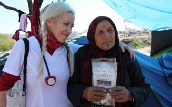 Εθελόντρια στην Ειδομένη δίνει στους πρόσφυγες ηλιακά φωτιστικά