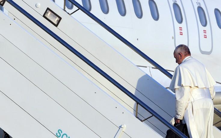 Με 10 πρόσφυγες θα επιστρέψει στη Ρώμη ο Πάπας