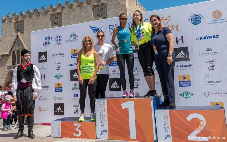 (Δεξια προς τα αριστερά) Μαριέττα Παπαβασιλείου, Αντιπεριφερειάρχης Τουρισμού Νοτίου Αιγαίου ,  οι 2 νικήτριες στην ηλικιακή κατηγορία των 20-29,  Βούλα Κοζομπόλη,  Μαρία Πολύζου