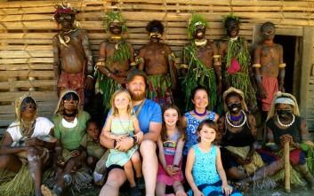 Η οικογένεια που άφησε την πολυτελή ζωή και ζει σε απομακρυσμένο χωριό στην Παπούα Νέα Γουινέα