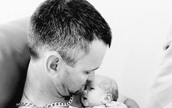 Η τραγική ιστορία πίσω από αυτή τη φωτογραφία του μπαμπά με το μωρό του