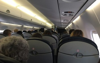 Εκνευρισμένος πιλότος ζήτησε από τους επιβάτες να αποβιβαστούν λόγω... νερού