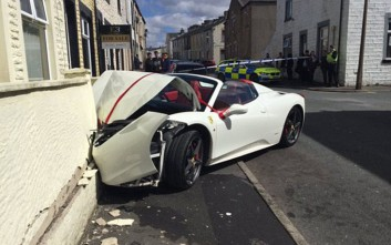 Νεόνυμφο ζευγάρι «παρέδωσε» τη νοικιασμένη Ferrari γυαλιά-καρφιά