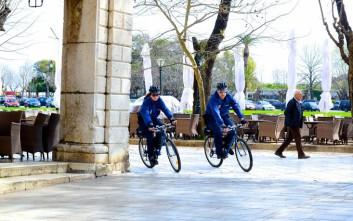 Αστυνομικοί με ποδήλατα στο ιστορικό κέντρο της Κέρκυρας