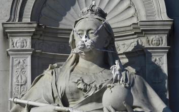 Ακτιβιστές της Greenpeace έβαλαν μάσκες στα μνημεία του Λονδίνου