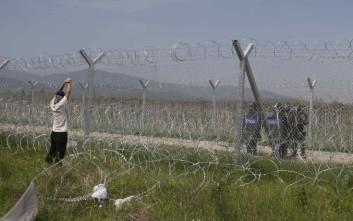 Έφυγαν οι πρόσφυγες και βγήκε η σημαία της χούντας στην Ειδομένη