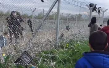 Διάλογος Σκοπιανού αστυνομικού με πρόσφυγα στην Ειδομένη
