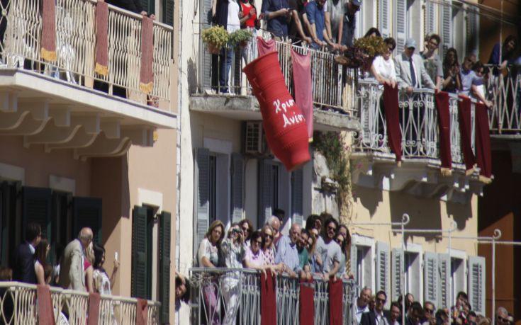 Χιλιάδες μπότηδες έγιναν και φέτος κομμάτια στη Σπιανάδα της Κέρκυρας
