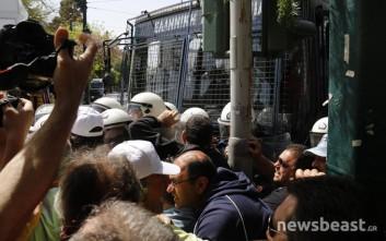 Συμπλοκές και δακρυγόνα στην Αμαλίας με ΜΑΤ και λιμενεργάτες