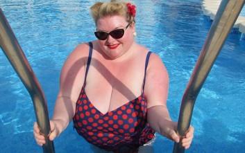 Bikini babes έξω από τα συνηθισμένα στέλνουν το δικό τους μήνυμα