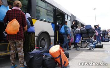 Έφυγαν οι πρώτοι πρόσφυγες για το κέντρο φιλοξενίας του Σκαραμαγκά