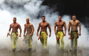 Πυροσβέστες με αγαλματένια κορμιά ποζάρουν στις φλόγες