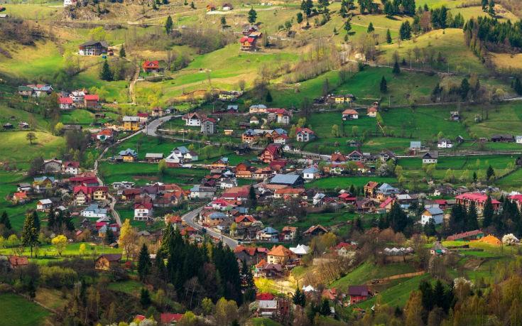 Παραδοσιακό χωριό στα βουνά της Ρουμανίας