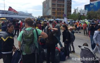 Στον Σκαραμαγκά έφτασαν οι πρώτοι 180 πρόσφυγες και μετανάστες
