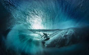 Φωτογραφίζοντας σέρφερ μέσα από τη θάλασσα