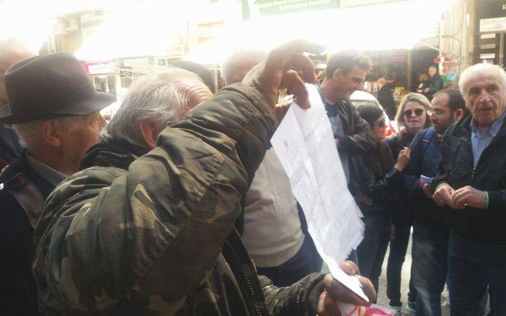 Έμποροι και πολίτες στη Θεσσαλονίκη αποδοκίμασαν βουλευτές του ΣΥΡΙΖΑ