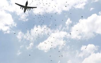 Τρόφιμα με αλεξίπτωτα σε πόλη της Συρίας έριξε ο ΟΗΕ