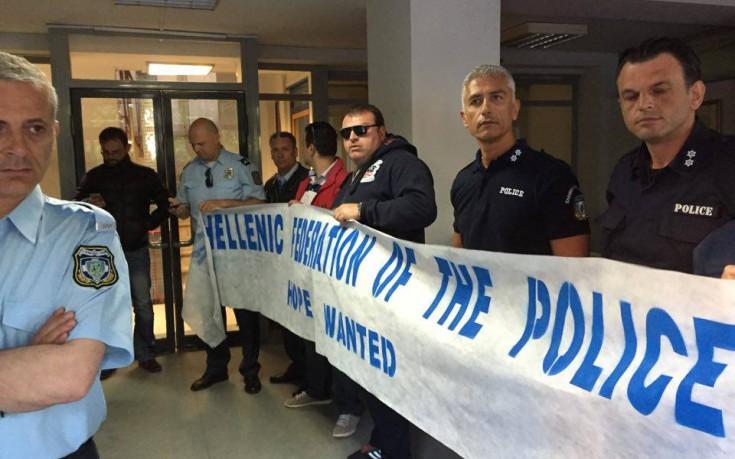 Αστυνομικοί μπλόκαραν τα γραφεία του ΣΥΡΙΖΑ στην Κουμουνδούρου
