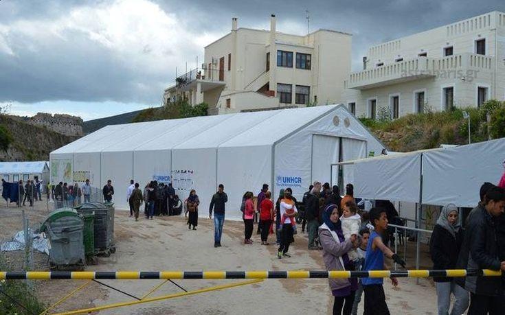 Βάζουν σκηνές για τους υπεράριθμους πρόσφυγες στη Χίο