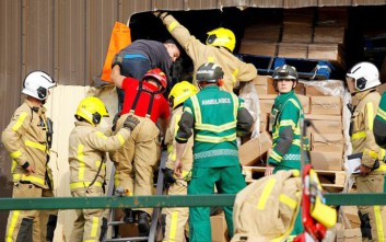 Η στιγμή της διάσωσης ενός υπαλλήλου που θάφτηκε κάτω από τόνους τυριού