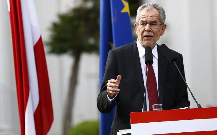 Ο πρόεδρος της Αυστρίας κατά της… κυβέρνησης της χώρας για το μεταναστευτικό
