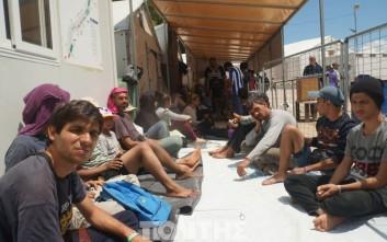 Πρόσφυγες στη Χίο σφράγισαν τα στόματά τους με τσιρότα