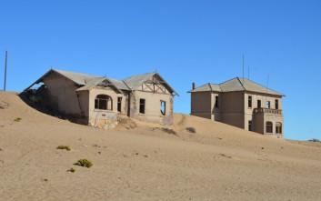 Στην έρημη πόλη που η άμμος κυριεύει τα σπίτια