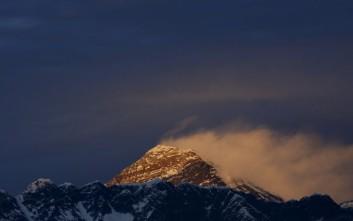 Δύο ορειβάτες κατέκτησαν την κορυφή του Έβερεστ και πέθαναν κατά την κατάβαση