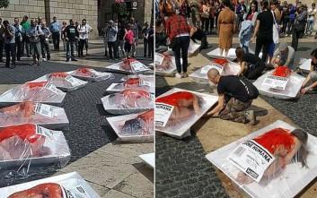 Ακτιβιστές μετέτρεψαν το σώμα τους σε «ανθρώπινο κρέας» προς πώληση