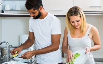 Πώς να κάνετε το σύντροφό σας να συμμετέχει στις δουλειές του σπιτιού