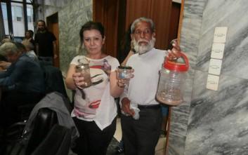 Πρόσφυγες μπήκαν στο δημοτικό συμβούλιο Λάρισας με φίδια και σκορπιούς