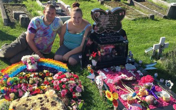 Οι γονείς που ξόδεψαν χιλιάδες λίρες για την κηδεία των μωρών τους εξηγούν γιατί το έκαναν