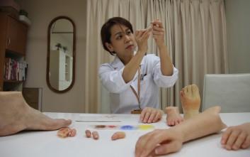 Η γυναίκα που φτιάχνει προσθετικά δάχτυλα για μετανοημένους γκάνγκστερ της Γιακούζα
